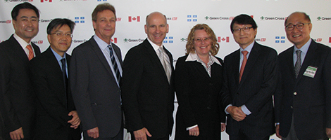 Photo: De gauche à droite : Joon Han, directeur général de Green Cross Biotherapeutics, Kim Ah-You, Luc Carignan, Pierre Cantin et Chantal Malo, d'Investissement Québec, Il-Sup Huh, président de Green Cross Corporation, et Young-Ho Kim, PDG de Green Cross Biotherapeutics.