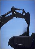 Photo du chargement d'un camion avec du minerai