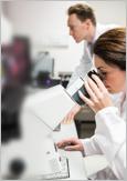 Photo de deux biochimistes dans un laboratoire