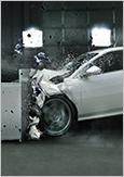 Photo d'une collision frontale d'une voiture dans une aire de collision.