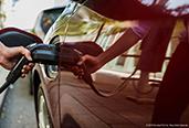 AddÉnergie - Photo d'une personne en train de recharger son véhicule électrique