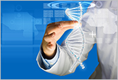 Photo d'une femme scientifique touchant une image de molécule d'ADN à l'écran multimédia