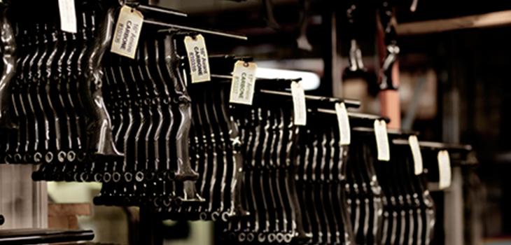 Photo de supports comprenant un inventaire de pièces de fibre de carbone pour les fauteuils roulant
