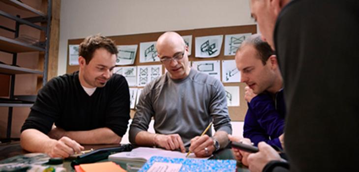 Photo d'une réunion de travail (4 personnes) dans les bureaux de Motion Composites