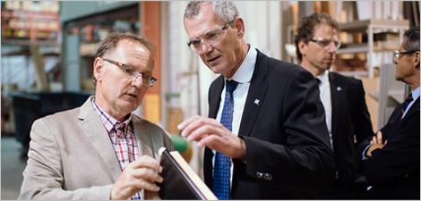 Photo de la visite de l'entreprise Lepage Millwork : Guy Bonneville, président de Lepage Millwork, et Pierre Gabriel Côté, PDG d'Investissement Québec.