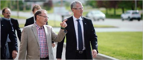 Photo de Guy Bonneville, président de Lepage Millwork, et Pierre Gabriel Côté, PDG d'Investissement Québec