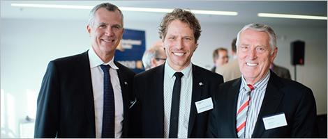 Photo de Pierre Gabriel Côté, PDG d'Investissement Québec, Frédéric Bernier, d'Investissement Québec, et Bernard Bélanger, président du conseil et chef de la direction de Premier Tech