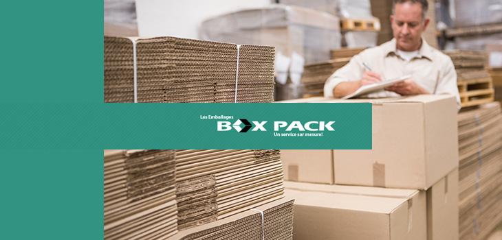 Photo d'un employé parmi des piles de boîtes de carton et texte indiquant « Les Emballages Box Pack, Un service sur mesure! »
