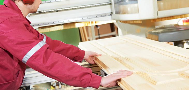 Photo d'un employé dans l'usine d'Armoires Fabritec