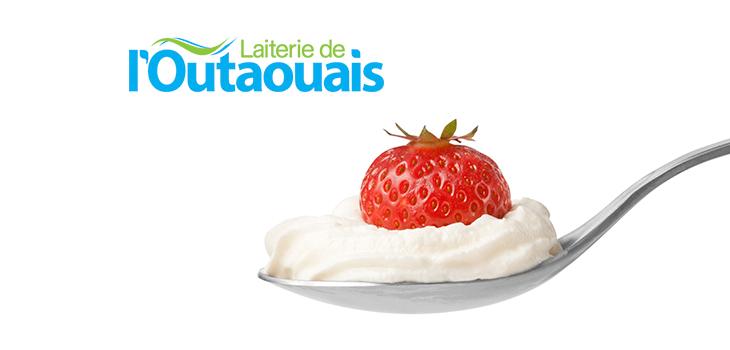 Logo de la Laiterie de l'Outaouais et fraise et crème dans une cuillère
