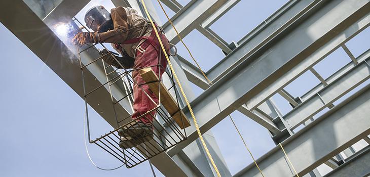 Photo d'un soudeur au travail sur une structure de métal