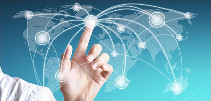 Image d'une main qui pointe un réseau numérique sur une carte du monde