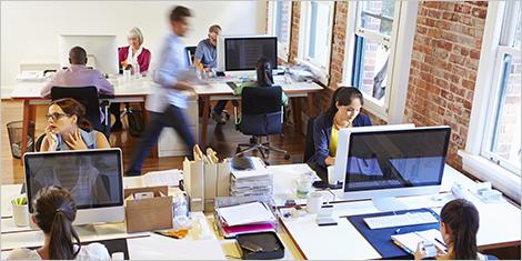 Des employés qui travaillent dans un bureau