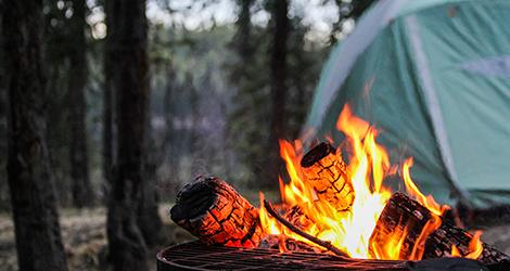 Image d'un feu de camp et d'une tente