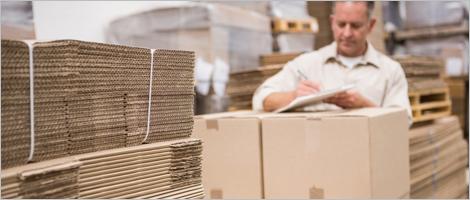 Photo d'un employé d'une usine de carton