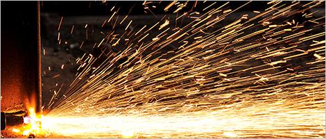 Photo d'étincelles produites par la soudure du métal