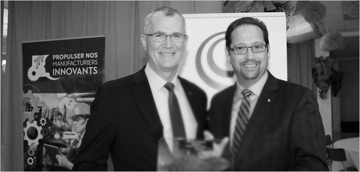 Pierre Gabriel Côté, PDG d'Investissement Québec, accompagné du président de la Chambre de commerce de Sept-Îles, Steeve Chapados.