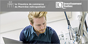 Photo d'un homme avec un ordinateur et logos de la Chambre de commerce du Montréal métropolitain et d'Investissement Québec