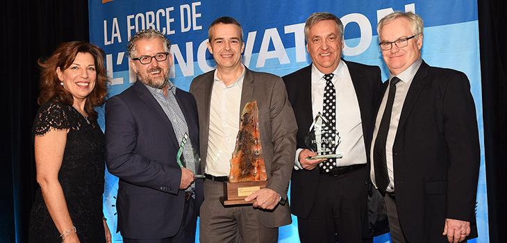 Louis Roy (au centre), en compagnie de la présidente-directrice générale de l'AQT, Nicole Martel, des deux finalistes et d'André Petitclerc (à droite) vice-président au réseau régional par intérim, Investissement Québec.