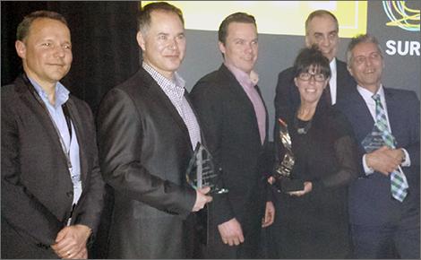 Photo de la gagnante du prix PDG de l'année Investissement Québec 2015, Chantal Trépanier, présidente-directrice générale de SIM, entourée des finalistes et du lauréat 2014.