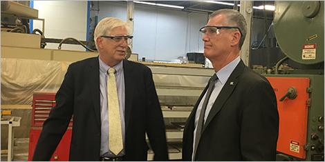 Photo de Stephen Kearns, président de Produits Intégrés Avior, et Pierre Gabriel Côté, PDG d'Investissement Québec.