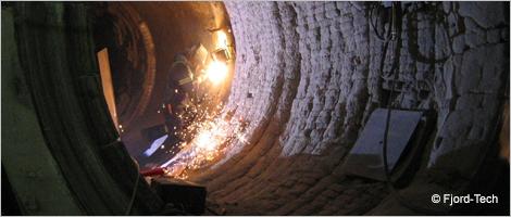 Photo d'un soudeur dans un tunnel minier