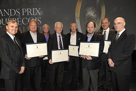 Photo des lauréats des Grands Prix 2014, catégorie Mention, en compagnie de Roch L. Dubé (à gauche), président du conseil d'administration du Mouvement québécois de la qualité. Crédit photo: Denis Bernier Photographe