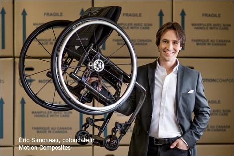 Photo d'Éric Simoneau, cofondateur de Motion Composites, tenant un fauteuil roulant ultraléger