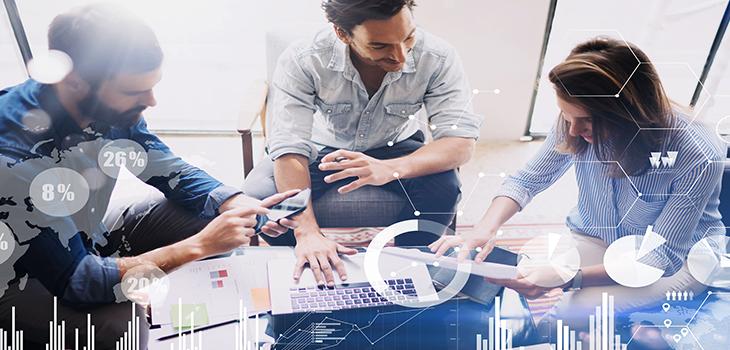 Illustration qui représente trois employés travaillant à une table avec un ordinateur portable et des graphiques