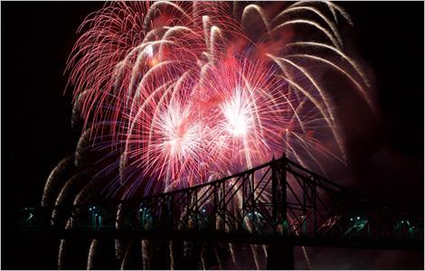Image du pont Jacques-Cartier et d'un feu d'artifice à l'arrière-plan