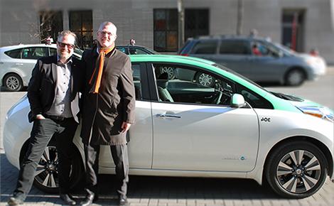 Photo de Pierre Gabriel Côté et Alexandre Taillefer près d'un taxi Téo 100% électrique