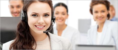 Photo d'employés travaillant dans un centre contact client
