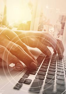 Photo de mains sur un clavier d'ordinateur