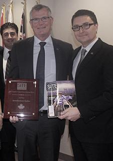 Photo de Pierre Gabriel Côté, Éric Dequenne et l'équipe des Affaires internationales