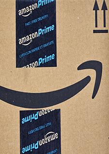 Photo d'une boîte de livraison Amazon, centre de distribution de Montréal