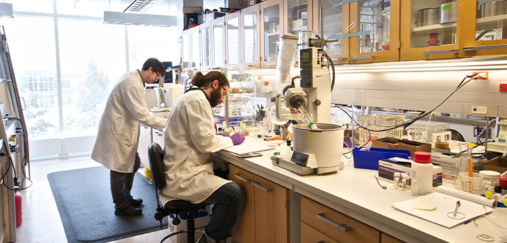 Two researchers in a Neomed laboratory