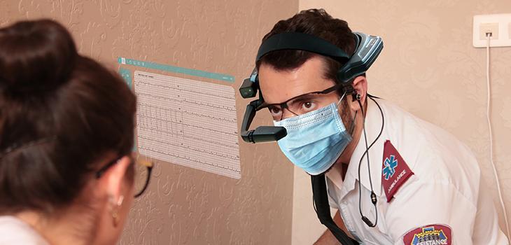 Photo d'un membre du personnel infirmier et d'une patiente