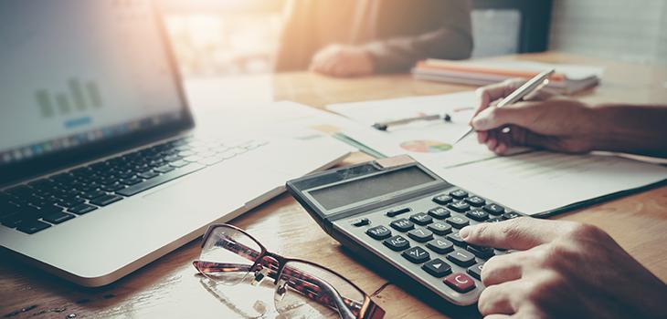 Photo d'un comptable et d'un client assis devant son bureau