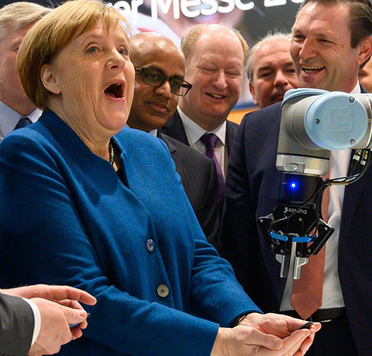 Angela Merkel interacting with Robitiq's claw at Hannover Messe