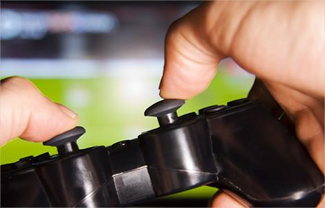 Photo de mains tenant une manette de jeux vidéo