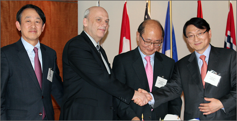 Photo of B.G. Rhee, President of the Green Cross Holdings Board of Directors, Mario Albert, President and CEO of Investissement Québec, Kim Young-ho, President of Green Cross Biotherapeutics, and Huh Il-su, President and CEO of Green Cross.