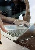 Photo de personnes travaillant avec un ordinateur