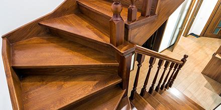 Photo d'un escalier en bois