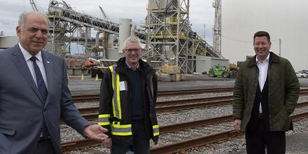 Photo de Pierre Fitzgibbon, ministre de l'Économie et de l'Innovation, d'Yves Crits, président de La Granaudière et Hubert Bolduc, président d'Investissement Québec International