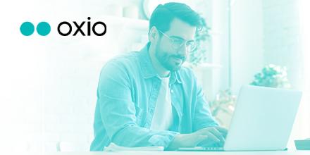 Logo d'oxio et travailleur devant un écran d'ordinateur