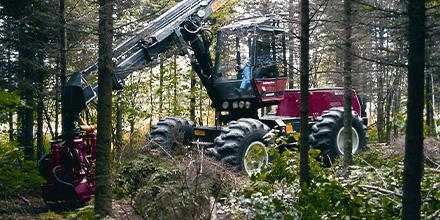 Machinerie, équipement de Produits Gilbert travaillant en forêt