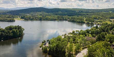 Vue du ciel sur une petite ville, forêt, lac et rivière, Cowansville, Québec