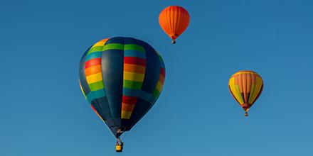 Photo de montgolfières de l'international de montgolfières de Saint-Jean-sur-Richelieu dans un ciel bleu