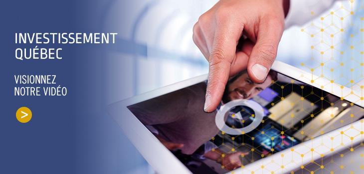 Image d'une main pointant la vidéo d'Investissement sur une tablette électronique