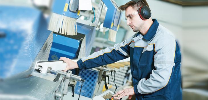 Photo d'un employé travaillant avec un équipement spécialisé dans une usine